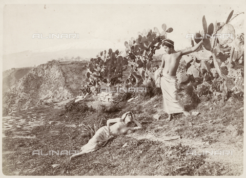 GWA-F-000969-0000 - Two young and figs of india, the background you can see Mount Etna - Data dello scatto: 1900 ca. - Archivi Alinari, Firenze