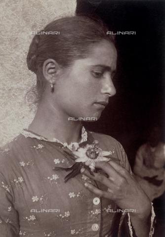 GWA-F-001040-0000 - Young woman with flower - Data dello scatto: 1900 ca. - Archivi Alinari, Firenze