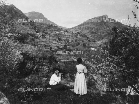 GWN-F-000010-0000 - Couple photographed with a hilly landscape in the background - Data dello scatto: 1895 - 1905 - Archivi Alinari, Firenze