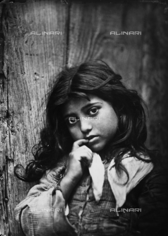 GWN-F-000012-0000 - Portrait of a little sicilian girl, Taormina - Data dello scatto: 1895 - 1905 - Archivi Alinari, Firenze
