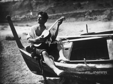 GWN-F-000022-0000 - Young Sicilian man plays the guitar on a boat - Data dello scatto: 1895 - 1905 - Archivi Alinari, Firenze