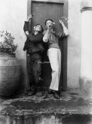 GWN-F-000028-0000 - Young Sicilians assume popular dance poses - Data dello scatto: 1895 - 1905 - Archivi Alinari, Firenze