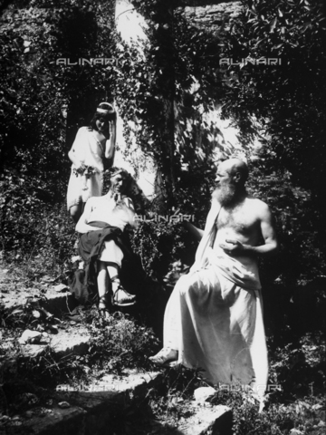 GWN-F-000034-0000 - Men pose, wearing costumes of ancient Greece, in a garden - Data dello scatto: 1895 - 1905 - Archivi Alinari, Firenze