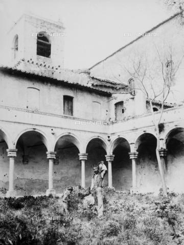 GWN-F-000056-0000 - Commoner in traditional dress photographed in a cloister - Data dello scatto: 1895 - 1905 - Archivi Alinari, Firenze