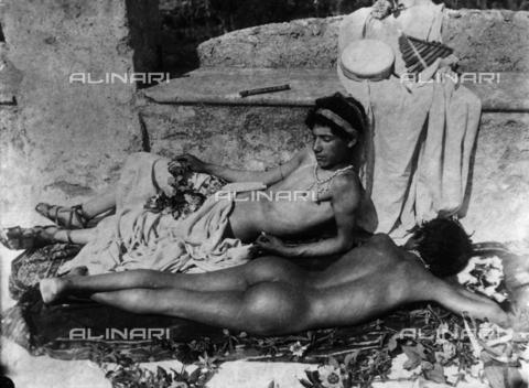 GWN-F-000072-0000 - Adolescent boys pose in an atmosphere reminiscent of ancient Greece - Data dello scatto: 1895 - 1905 - Archivi Alinari, Firenze