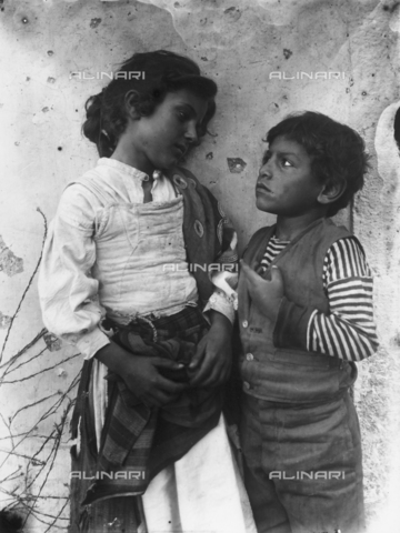 GWN-F-000121-0000 - Two Sicilian children in folk costume - Data dello scatto: 1895 - 1905 - Archivi Alinari, Firenze