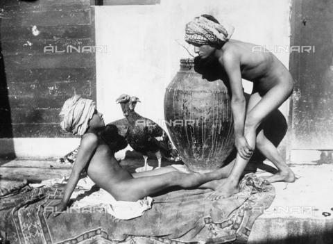 GWN-F-000217-0000 - Sicilian boys pose wearing turbans - Data dello scatto: 1895 - 1905 - Archivi Alinari, Firenze