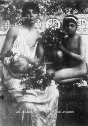 GWN-F-000227-0000 - Sicilian boys pose in a scene evoking an atmosphere of ancient Greece - Data dello scatto: 1895 - 1905 - Archivi Alinari, Firenze