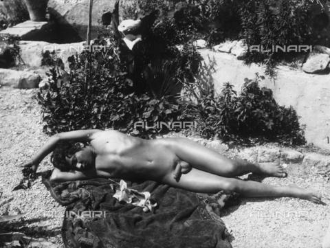 GWN-F-000388-0000 - Portrait of a nude youth, reclining in a sensual pose - Data dello scatto: 1895 - 1905 - Archivi Alinari, Firenze