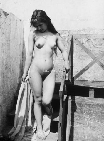 GWN-F-000390-0000 - Young Sicilian woman photographed nude, walking down a staircase - Data dello scatto: 1895 - 1905 - Archivi Alinari, Firenze