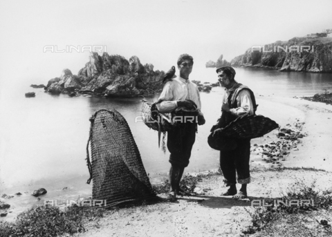 GWN-F-000392-0000 - Sicilian fishermen photographed at the shore - Data dello scatto: 1895 - 1905 - Archivi Alinari, Firenze