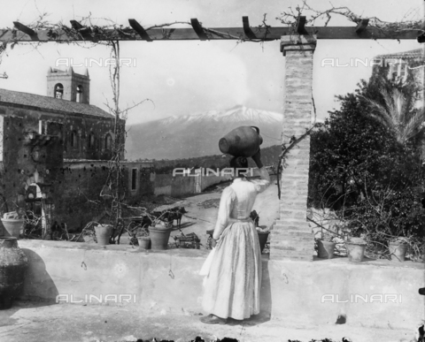 GWN-F-000405-0000 - Young Sicilian woman in folk dress, seen from the back - Data dello scatto: 1895 - 1905 - Archivi Alinari, Firenze