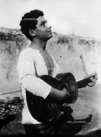 GWN-F-000418-0000 - Portrait of a young Sicilian man playing the guitar - Data dello scatto: 1895 - 1905 - Archivi Alinari, Firenze