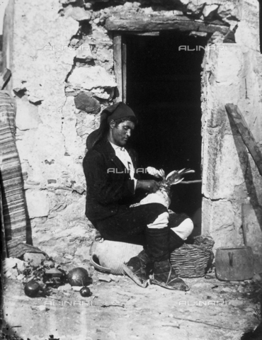 GWN-F-00041A-0000 - Portrait of a Sicilian man busy plucking a turkey