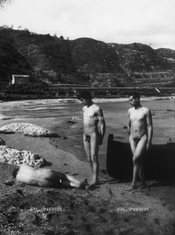 GWN-F-000505-0000 - Artistic scene with nude men on the beach - Data dello scatto: 1895 - 1905 - Archivi Alinari, Firenze