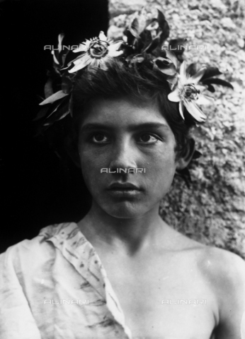GWN-F-000559-0000 - Portrait of a Sicilian adolescent wearing a crown of flowers - Data dello scatto: 1895 - 1905 - Archivi Alinari, Firenze