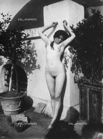 GWN-F-000579-0000 - Portrait of nude female with raised arms - Data dello scatto: 1895 - 1905 - Archivi Alinari, Firenze