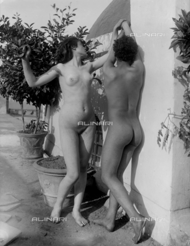GWN-F-000581-0000 - Young Sicilian man and woman, in a nude artistic pose, in a garden - Data dello scatto: 1895 - 1905 - Archivi Alinari, Firenze