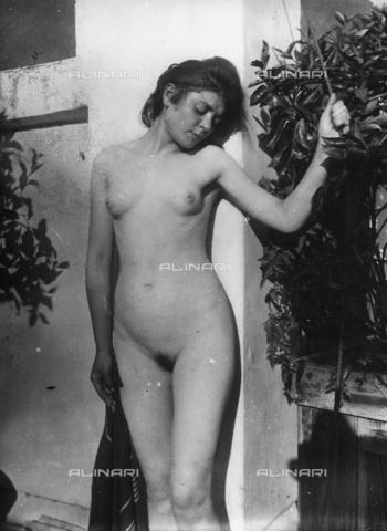 GWN-F-000589-0000 - Nude portrait of a young woman leaning up against a wall - Data dello scatto: 1895 - 1905 - Archivi Alinari, Firenze