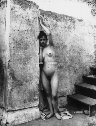 GWN-F-000595-0000 - Full-length nude portrait of a young woman leaning sunsually against a wall - Data dello scatto: 1895 - 1905 - Archivi Alinari, Firenze