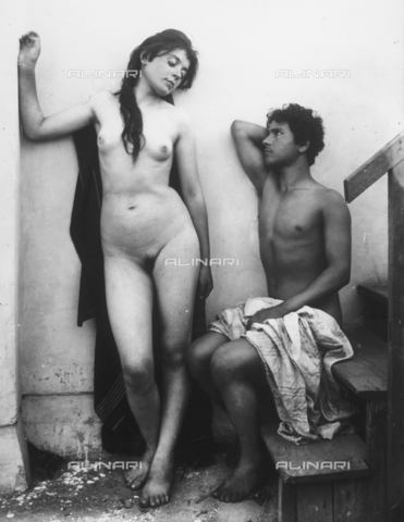 GWN-F-000597-0000 - Young man and woman in nude artistic poses - Data dello scatto: 1895 - 1905 - Archivi Alinari, Firenze