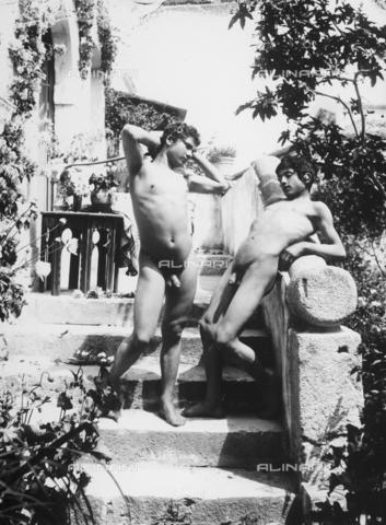 GWN-F-000689-0000 - Nude youth in artistic poses evoke an arcadian atmosphere - Data dello scatto: 1895 - 1905 - Archivi Alinari, Firenze