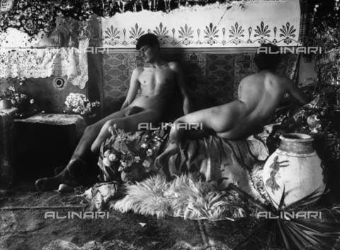 GWN-F-000743-0000 - Sicilian youth pose nude in a scene reminiscent of ancient Greece - Data dello scatto: 1895 - 1905 - Archivi Alinari, Firenze