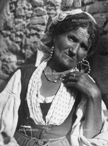 GWN-F-001005-0000 - Close-up of an elderly Sicilian woman - Data dello scatto: 1895 - 1905 - Archivi Alinari, Firenze