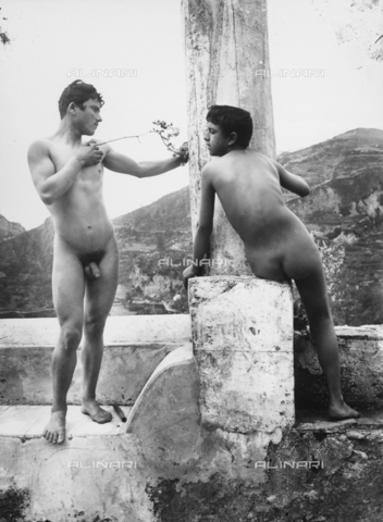 GWN-F-001006-0000 - Full-length portrait of nude youth in artistic poses - Data dello scatto: 1895 - 1905 - Archivi Alinari, Firenze