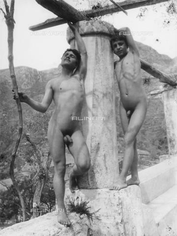 GWN-F-001010-0000 - Portrait of nude boys, under a pergola, in artistic poses - Data dello scatto: 1895 - 1905 - Archivi Alinari, Firenze