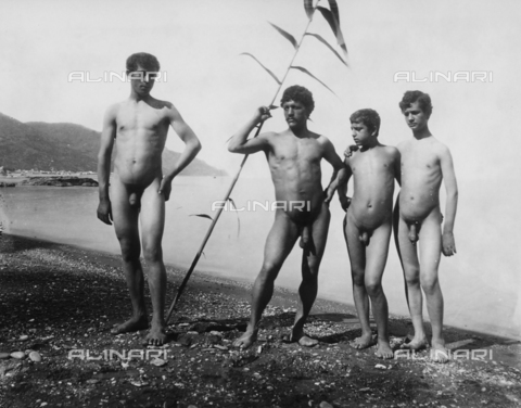 GWN-F-001054-0000 - Group of nude youth on the beach of Taormina - Data dello scatto: 1895 - 1905 - Archivi Alinari, Firenze