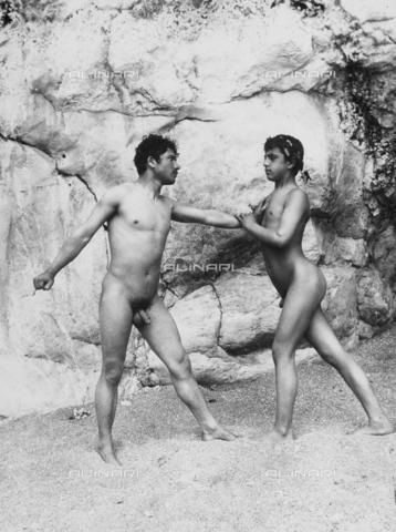 GWN-F-001055-0000 - Nude youth in artistic poses on the beach - Data dello scatto: 1895 - 1905 - Archivi Alinari, Firenze