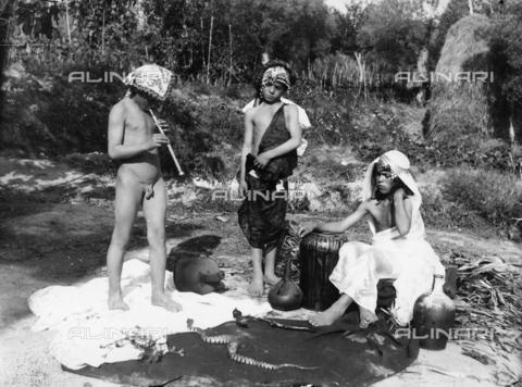 GWN-F-001092-0000 - Boys dressed as arab snake charmers - Data dello scatto: 1895 - 1905 - Archivi Alinari, Firenze