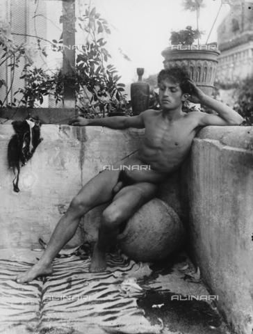 GWN-F-001140-0000 - Young man poses nude sitting on an amphora - Data dello scatto: 1895 - 1905 - Archivi Alinari, Firenze
