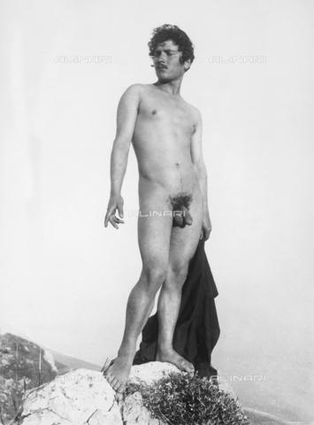 GWN-F-001222-0000 - Full-length nude portrait of a young man standing on a rock - Data dello scatto: 1895 - 1905 - Archivi Alinari, Firenze