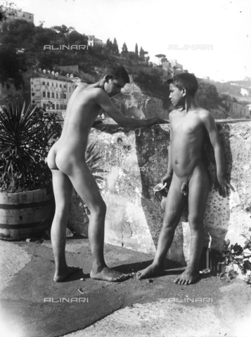 GWN-F-001318-0000 - Nude boys in artistic poses - Data dello scatto: 1895 - 1905 - Archivi Alinari, Firenze