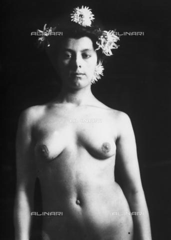 GWN-F-001324-0000 - Nude portrait of a young woman - Data dello scatto: 1895 - 1905 - Archivi Alinari, Firenze