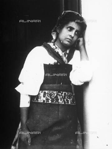 GWN-F-001404-0000 - Portrait of a young Sicilian woman in traditional dress - Data dello scatto: 1895 - 1905 - Archivi Alinari, Firenze