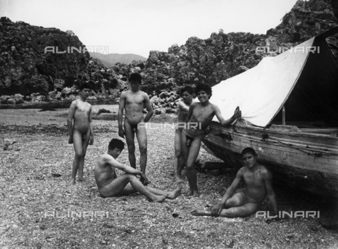 GWN-F-001427-0000 - Group of boys on a beach pose nude next to a boat - Data dello scatto: 1895 - 1905 - Archivi Alinari, Firenze