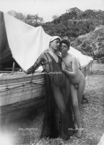 GWN-F-001428-0000 - Travesty scene: two nude youth in an affectionate pose - Data dello scatto: 1895 - 1905 - Archivi Alinari, Firenze