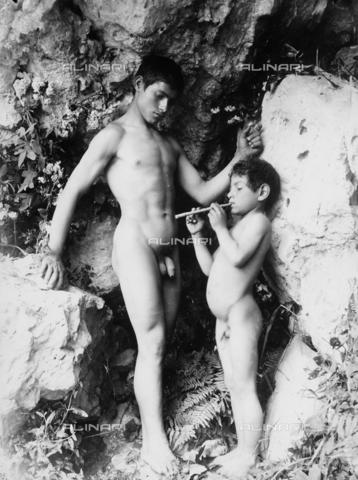 GWN-F-001481-0000 - Arcadian-pastoral scene depicting an adolescent and a small boy with a flute - Data dello scatto: 1895 - 1905 - Archivi Alinari, Firenze