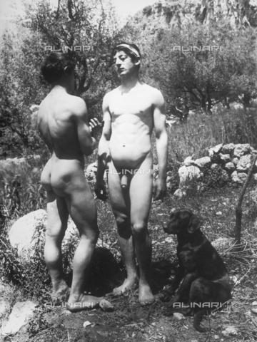 GWN-F-001488-0000 - Nude youth pose in a rural setting, evoking a bucolic scene - Data dello scatto: 1895 - 1905 - Archivi Alinari, Firenze
