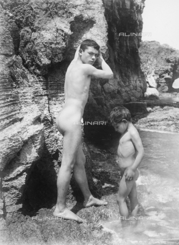 GWN-F-001529-0000 - Youth and small boy pose nuse at the shore - Data dello scatto: 1895 - 1905 - Archivi Alinari, Firenze