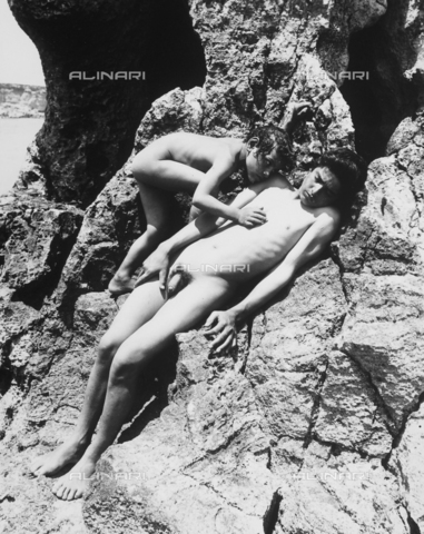 GWN-F-001545-0000 - Two boys pose nude, reclining amidst rocks at the shore - Data dello scatto: 1895 - 1905 - Archivi Alinari, Firenze