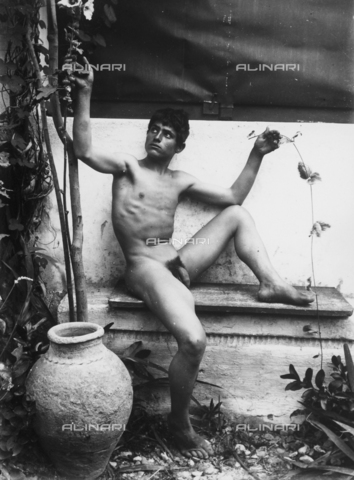 GWN-F-001602-0000 - Young man in nude artistic pose - Data dello scatto: 1895 - 1905 - Archivi Alinari, Firenze