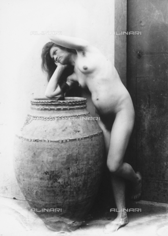 GWN-F-001620-0000 - A young woman poses nude, sensually draping herself over a large vase - Data dello scatto: 1895 - 1905 - Archivi Alinari, Firenze