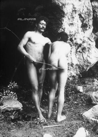 GWN-F-001661-0000 - Nude men in artistic poses near a cave - Data dello scatto: 1895 - 1905 - Archivi Alinari, Firenze