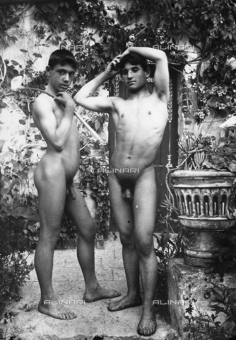 GWN-F-001772-0000 - Two nude youth pose in a flowered garden, evoking an arcadian atmosphere - Data dello scatto: 1895 - 1905 - Archivi Alinari, Firenze
