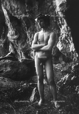 GWN-F-001781-0000 - Full-length portrait of a nude youth with folded arms - Data dello scatto: 1895 - 1905 - Archivi Alinari, Firenze