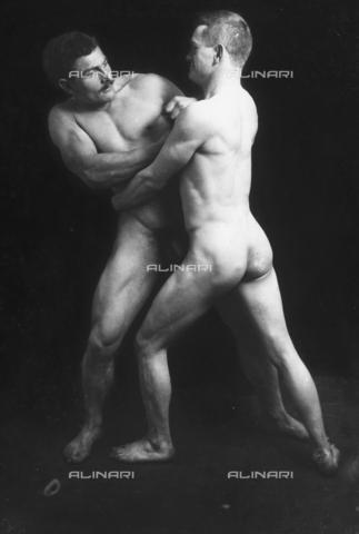 GWN-F-001895-0000 - Nude men photographed simulating a wrestling scene - Data dello scatto: 1895 - 1905 - Archivi Alinari, Firenze
